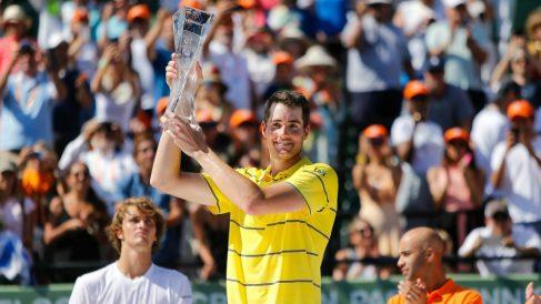 Isner posa con el trofeo de campeón en Miami. (AFP)