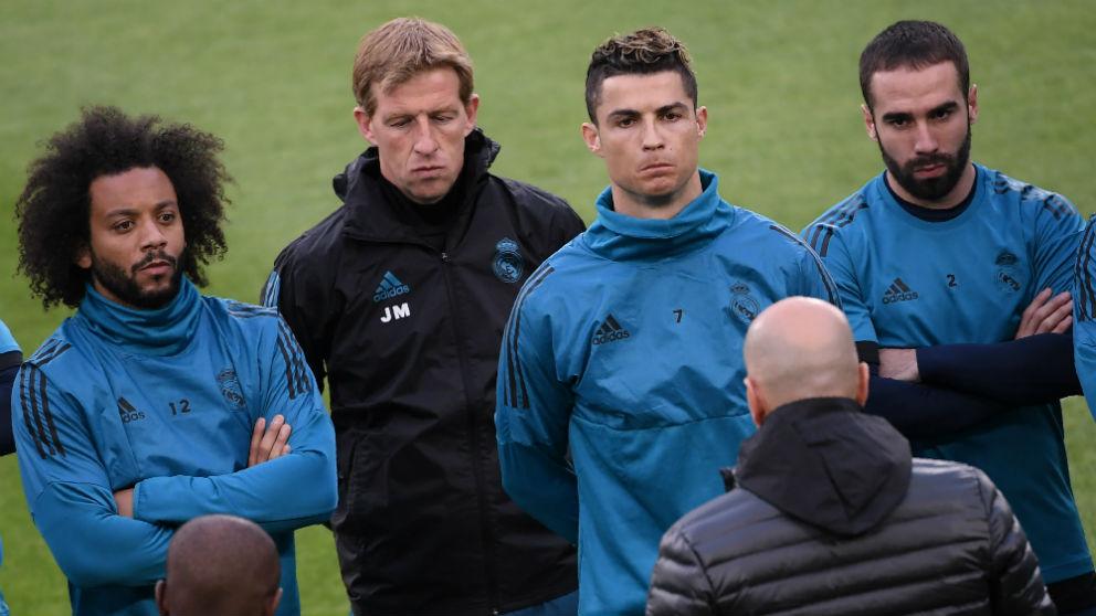 Zinedine Zidane da la charla a los futbolistas del Real Madrid antes del entrenamiento. (AFP)