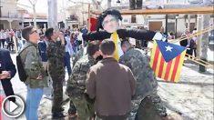 Los quintos de la localidad toledana de Gálvez posando con su Judas caracterizado de Puigdmemont. Foto. Facebook Fotos Javi