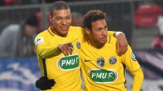 Neymar y Mbappé celebran un gol con el PSG. (AFP)