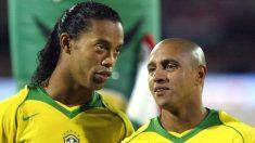 Ronaldinho y Roberto Carlos, durante un partido con Brasil. (AFP)