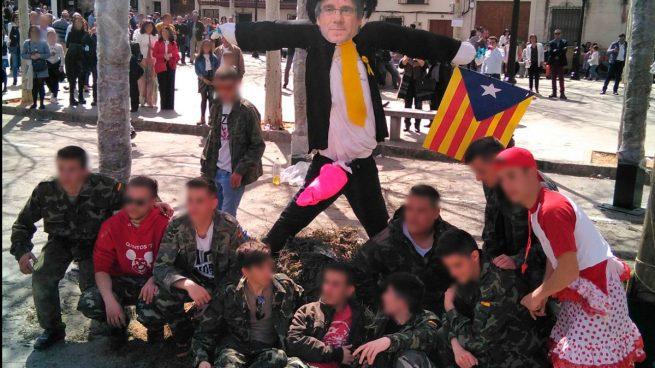 Los jóvenes de un pueblo de Toledo ponen la cara de Puigdemont al 'judas' que queman en Semana Santa