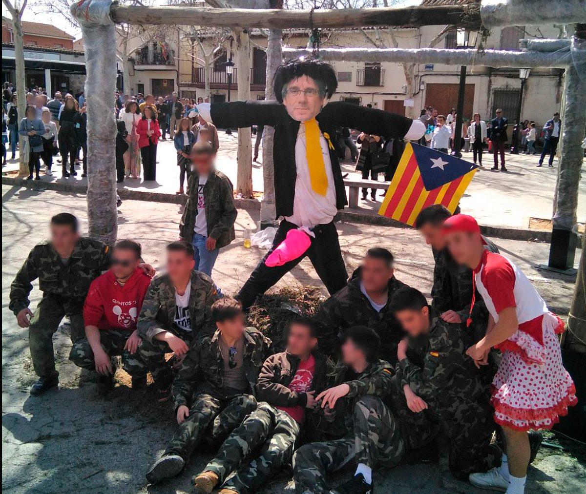 Los quintos de la localidad toledana de Gálvez posando con su Judas caracterizado de Puigdmemont. Foto. Redes Sociales