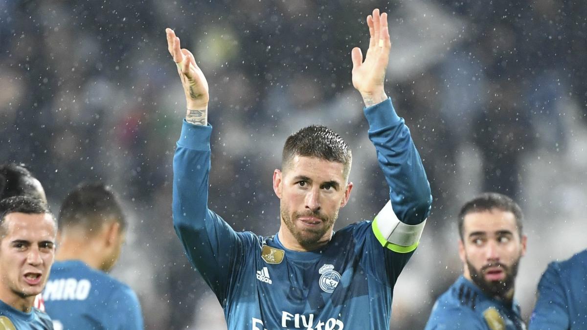 Sergio Ramos saluda a la afición madridista trasladada a Turín. (AFP)