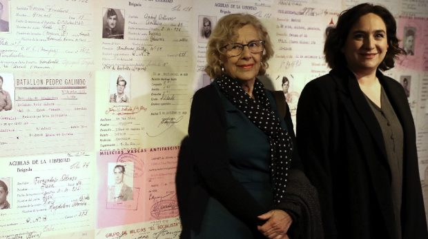 Colau llora y Carmena defiende la república del 36 en la exposición sobre la Guerra Civil