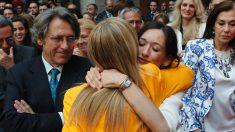 Cifuentes abraza a su hija Cristina en presencia de su marido Javier Aguilar Viyuela (Foto: GTRES).