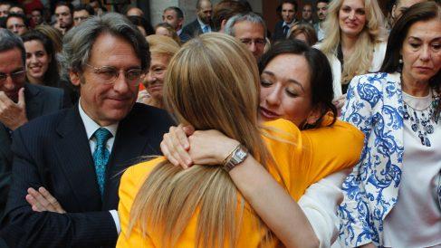 Cristina Cifuentes abraza a su hija Cristina en presencia de su marido Javier Aguilar Viyuela. (GTRES)