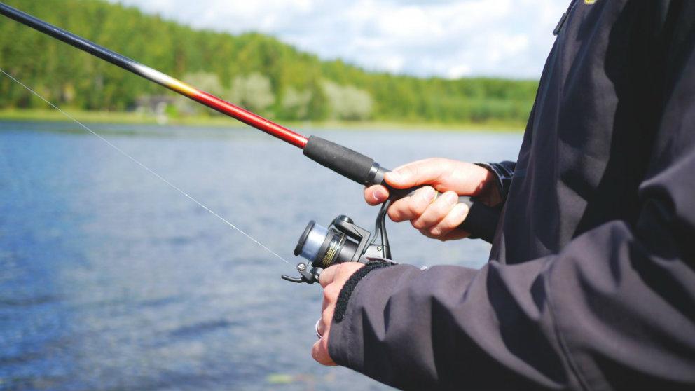 Una persona pescando en una imagen de archivo.