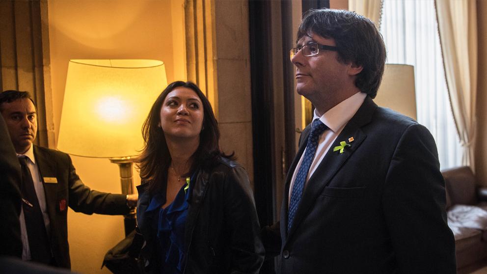 Carles Puigdemont junto a su mujer, Marcela Topor. (Foto: Getty)