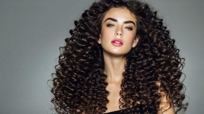 Cómo hacer peinados para pelo rizado para mujeres y hombres fb5b2d17f996