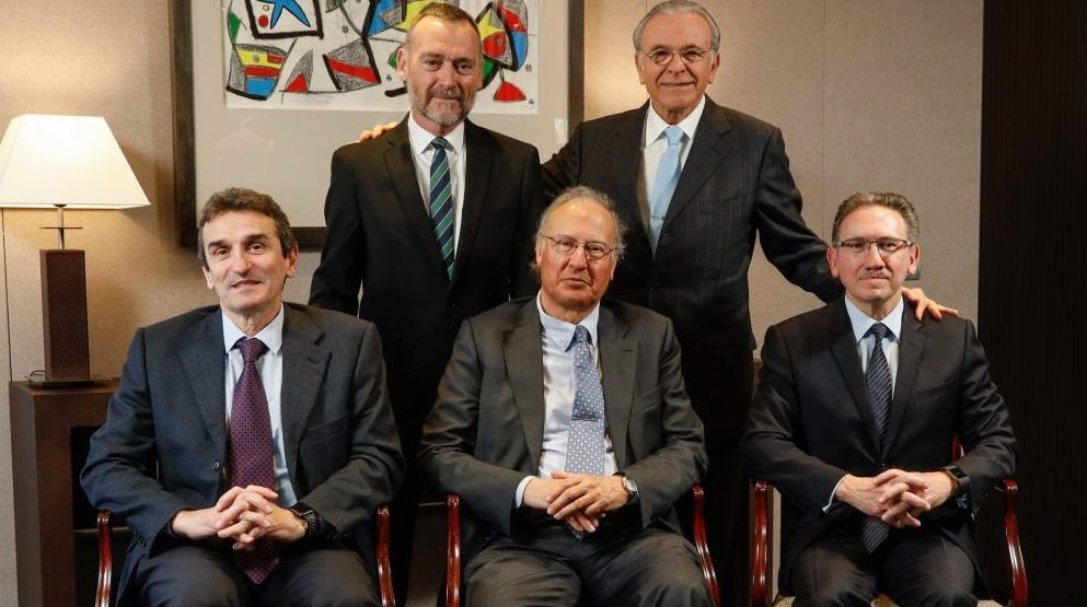 "Javier Paso e Isidro Fainé (Presidente); sentados, Marcelino Armenter (director general de CriteriaCaixa), Alejandro García Bragado y Jaume Giró (director general de la Fundación Bancaria ""la Caixa"")"