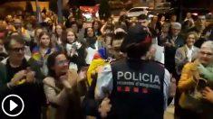 La mossa Elisabet Graell en acto independentista el 2-O en la comisaría de Vic (Barcelona)