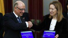 Cristóbal Montoro entrega a la presidenta del Congreso, Ana Pastor, el proyecto de Presupuestos de 2018. (Foto: EFE)