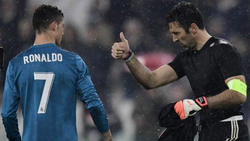 Buffon felicita a Cristiano Ronaldo por su golazo de chilena. (AFP)