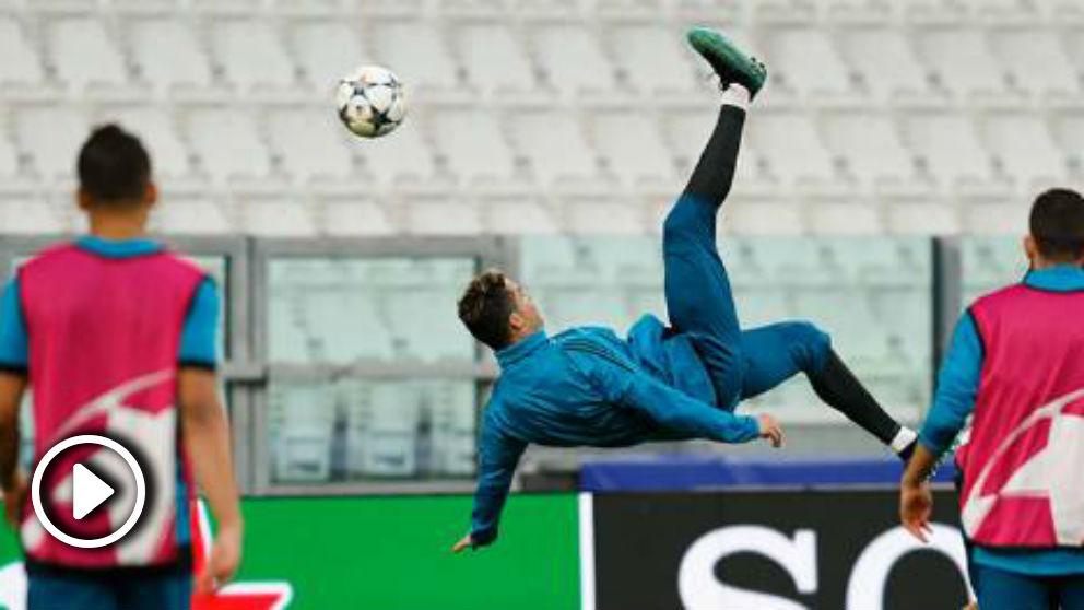 Cristiano Ronaldo intenta una chilena en el entrenamiento previo al choque frente a la Juventus. (realmadrid.com)