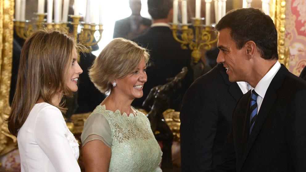 Pedro Sánchez saluda a la Reina Letizia. (Foto: AFP)