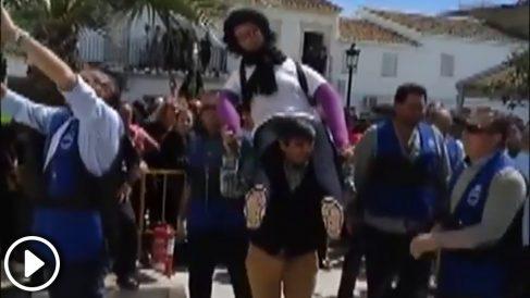 """Quema de Judas en Coripe, Sevilla, denunciada por """"linchar"""" un muñeco como Ana Julia Quezada."""