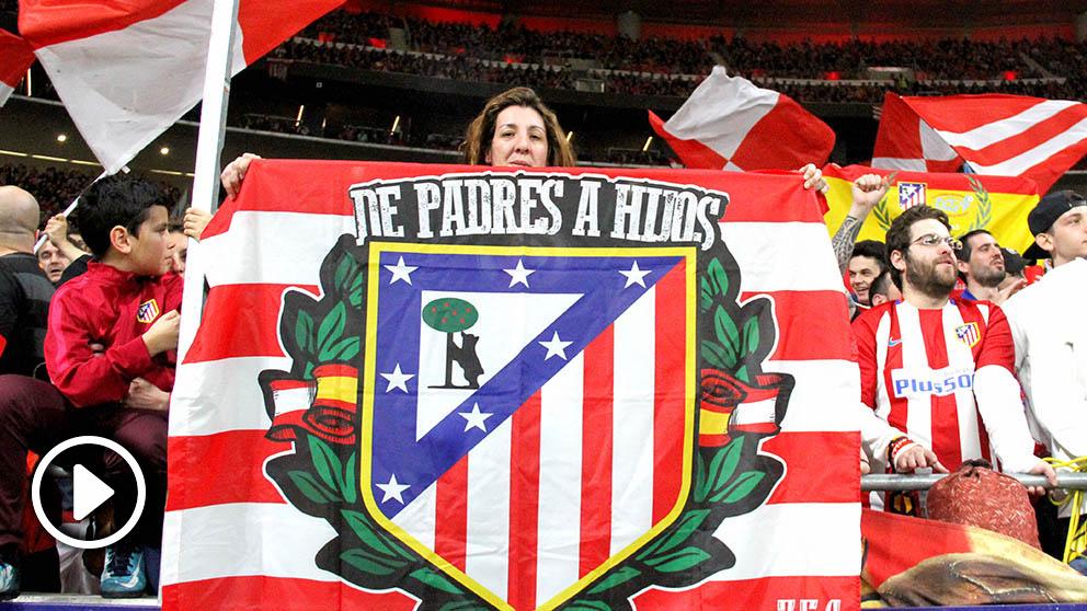 La afición del Atlético de Madrid protestó por el cambio de escudo. (Foto: Enrique Falcón)