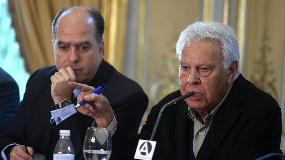 El presidente de la Asamblea Nacional venezilana, Julio Borges, y el ex presidente del Gobierno español Felipe González, en la Casa de América. (EFE)