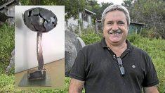 El escultor guipuzcoano Koldobika Jauregi y su obra 'Arbolaren Egia' con el hacha de ETA invertida.