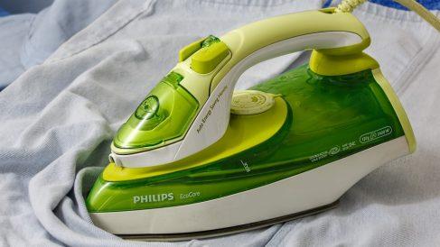 Aprende a limpiar la plancha con trucos caseros sin que se estropee.