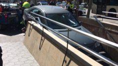 Metro de Barcelona con un coche atascado.