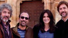 De izq a dch: Ricardo Darín; el director Asghar Farhadi; Penélope Cruz y Javier Bardem tras el fin del rodaje de la cinta que inaugurará Cannes 'Todos lo saben'