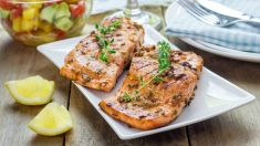 Receta de Rodajas de salmón a la barbacoa con aliño de pepino dulce