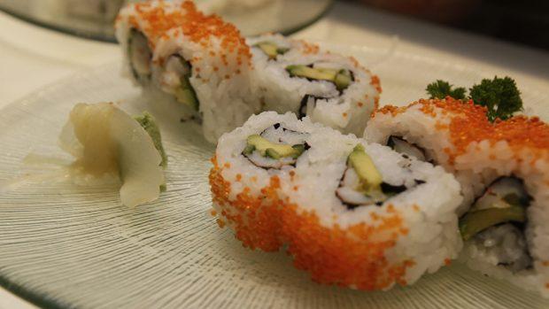 California rolls elaborados con productos frescos y de calidad.
