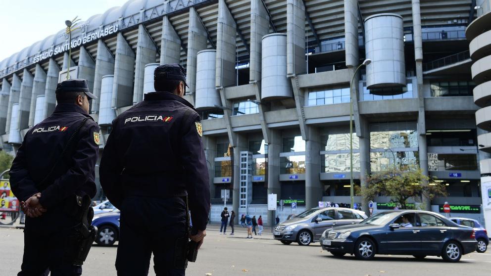 Agentes de la Policía vigilan el Santiago Bernabéu. (AFP)