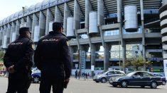 La Policia vigila el Santiago Bernabéu.