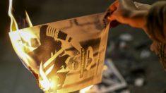 Los separatistas quemando una foto del rey (Foto: Twitter)