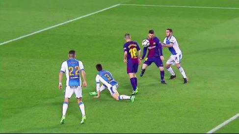 Leo Messi se ayudó con el brazo en el gol de la sentencia culé.