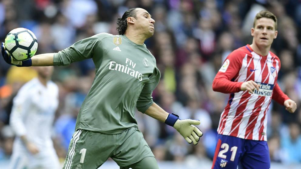 Keylor saca con la mano en el derbi del Bernabéu. (AFP)