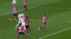 Lucas Vázquez reclamó penalti de Godín por este codazo.