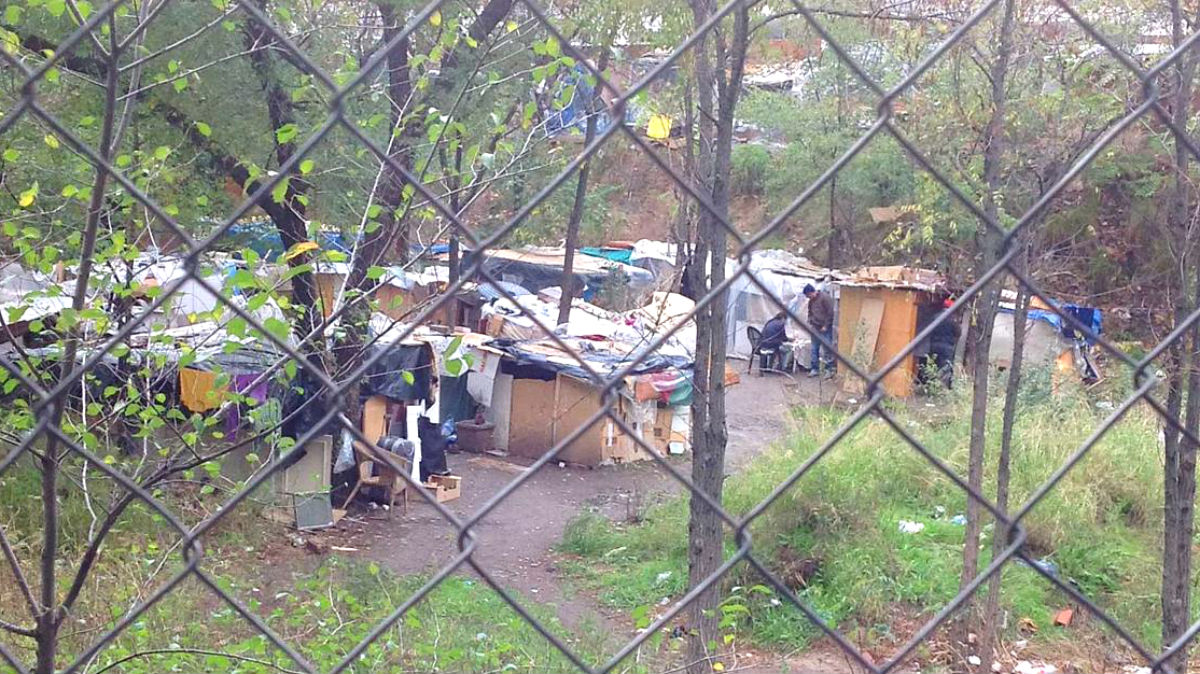 Asentamiento de gitanos rumanos acampados, en 2014, en la parcela en la que se construyó el colegio mayor diseñado por el marido de Cifuentes.