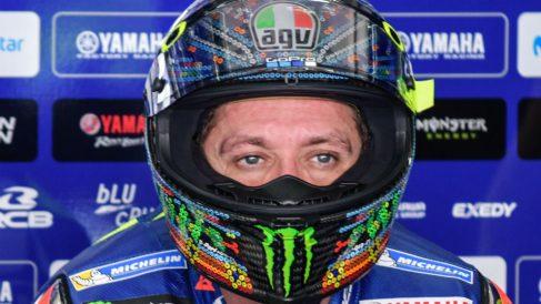 Valentino Rossi en el box. (AFP)