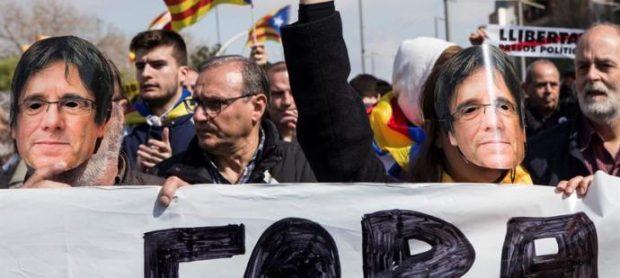 os radicales portaban caretas de Carles Puigdemont (Foto:.Twitter)
