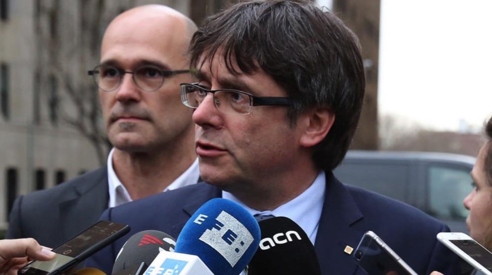 Carles Puigdemont atendiendo a los periodistas. (Foto. Flickr)
