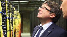 Carles Puigdemont observando unos servidores. (Foto. Flickr)