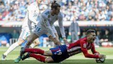 Bale derriba a Lucas Hernández en el derbi. (AFP)