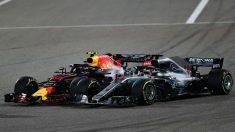 Lewis Hamilton no acabó nada contento con la actuación de Max Verstappen en Bahrein, que le cerró en el momento de adelantarle hasta el punto de tocarse, lo que provocó el abandono del holandés. (Getty)