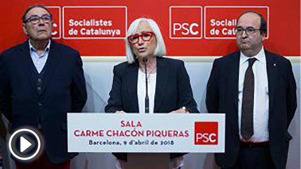 Los padres de Carme Chacón junto a Miquel Iceta, en el homenaje del PSC ala política fallecida. (EFE)