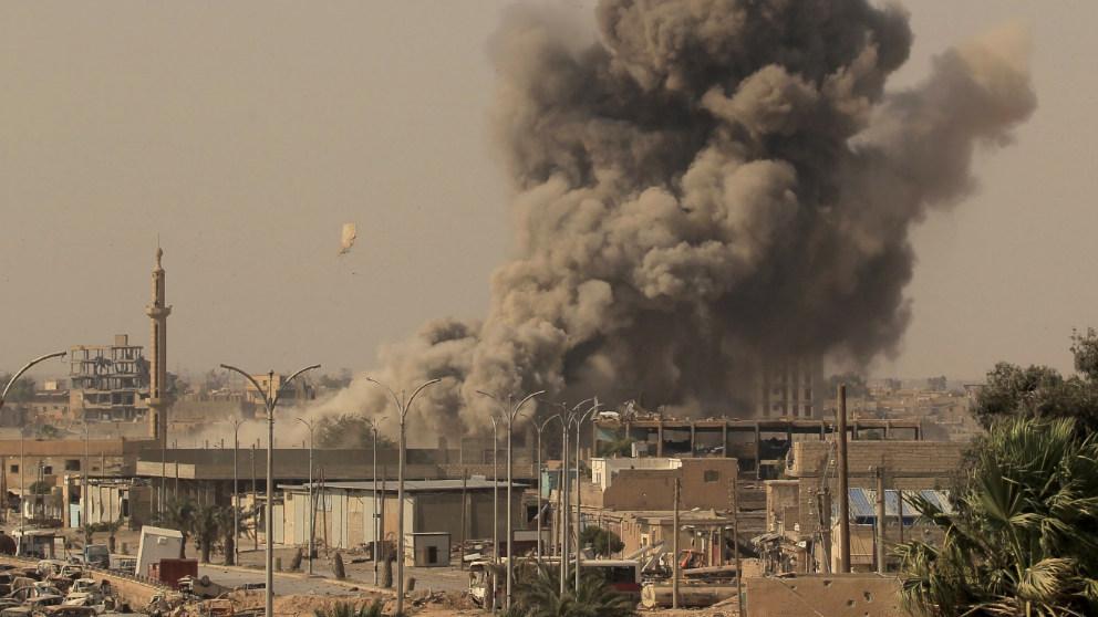 Imagen de una gran columna de humo levantándose sobre el lugar donde han explotado diversos misiles en Siria.