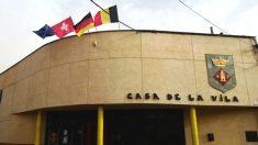 Fachada del Ayuntamiento de Torrelameu (Lérida), donde ondean las banderas de Suiza, Escocia, Alemania y Bélgica
