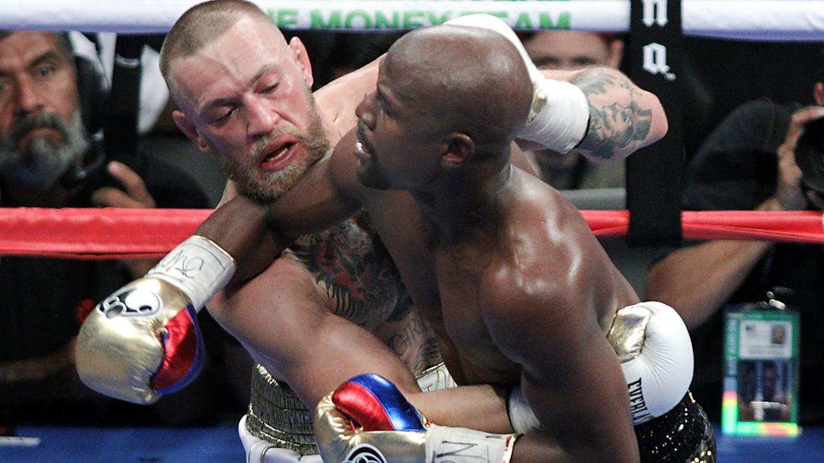 McGregor y Mayweather durante el último combate de boxeo. (AFP)