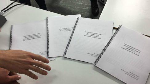 La documentación presentada por Pablo Casado ante la prensa para negar las informaciones publicadas por 'El País'. Foto: OKD