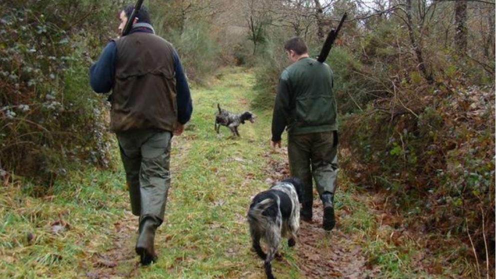 Dos cazadores en una jornada de caza acompañados de sus fieles perros.