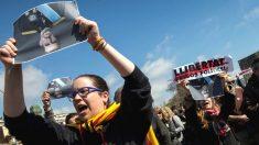 Varias decenas de manifestantes, convocados por los Comités de Defensa de la Repúiblica (CDR) protestaron en las inmediaciones del Auditori de Barcelona donde el rey Felipe presidió la entrega de despachos a los jueces (Foto: Efe)