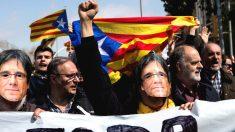 Varias decenas de manifestantes, convocados por los Comités de Defensa de la Repúiblica (CDR). protestando por la visita del rey Felipe a Barcelona para la entrega de despachos a los jueces (Foto: Efe)
